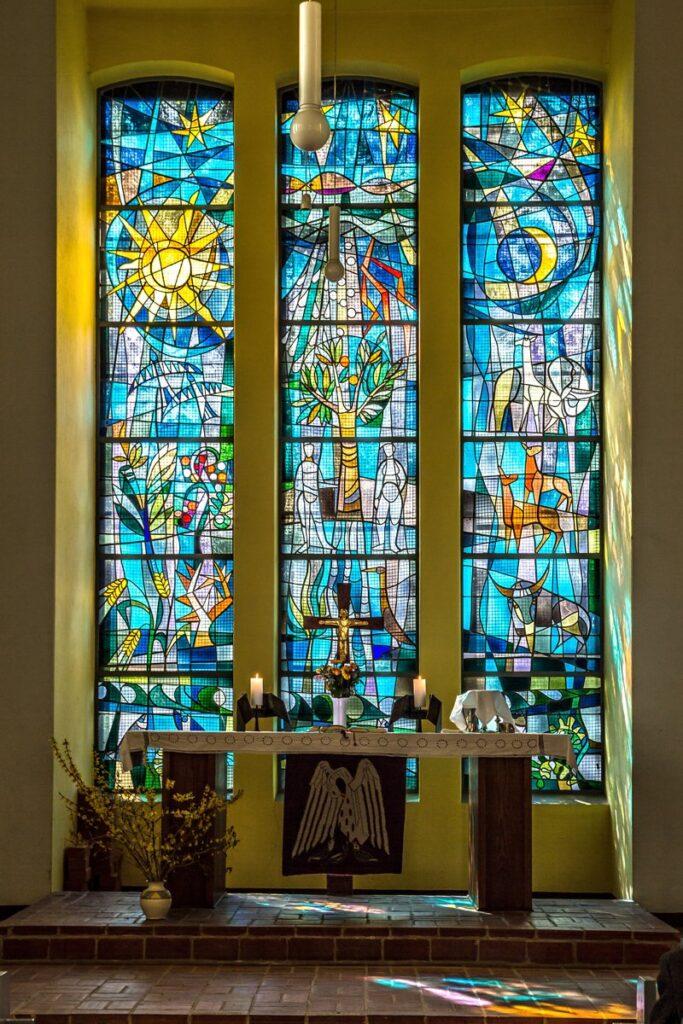 Schöpfungsfenster der Kirche in Altstrelitz